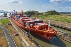 Das Frachtschiff, welches das Miraflores kommt, ermangelt im Panamakanal in Panama Stockfotografie
