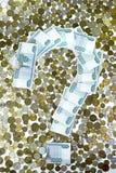 Das Fragezeichen wird mit Anmerkungen über den Hintergrund der Münzen gezeichnet Stockbild