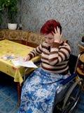 Das Frau-ungültige war überrascht, nachdem man Konten auf Wohnung und Kommunalbearbeitungsgebühr gesehen hatte Lizenzfreies Stockbild