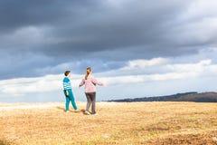 Das Frauen-Gehen erforschen Natur-Parks Lizenzfreies Stockbild