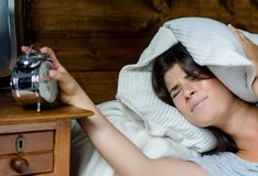 Das Frauenerhalten betonte über früh aufwachen lizenzfreie stockfotografie