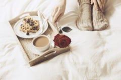 Das Frauennehmen stieg vom Behälter mit Frühstück Lizenzfreies Stockfoto