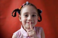 Das freche Schulealter des kleinen Mädchens Stockfoto