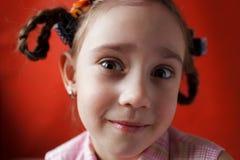 Das freche Schulealter des kleinen Mädchens Stockbild
