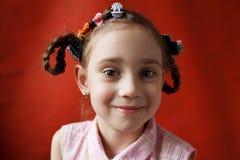 Das freche Schulealter des kleinen Mädchens Stockfotos