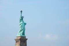Das Freiheitsstatue gegen einen blauen Himmel Lizenzfreie Stockfotos