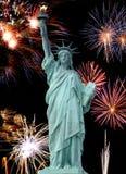 Das Freiheitsstatue und 4. Juli-Feuerwerk Stockbilder
