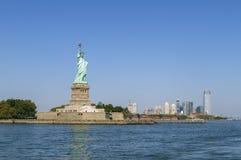 Das Freiheitsstatue und Manhattan-Skyline Stockbilder
