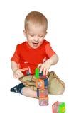 Das freundliche Kind scharf durch Spiel stockfotos