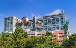 Das futuristische Fuji Fernsehgebäude und die Statue von Liberty Replica in Odaiba Tokyo Lizenzfreies Stockbild