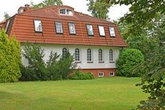 Das Gästehaus unter Koniferenbäumen Kaliningrad stockbilder