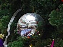 Das GalerieEinkaufszentrum, reflektiert in einer silbernen Schüssel Lizenzfreies Stockbild
