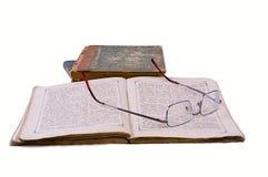 Das geöffnete alte Buch mit Gläsern lizenzfreie stockfotografie