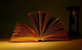 Das geöffnete Buch auf einem Schwarzen Lizenzfreies Stockbild