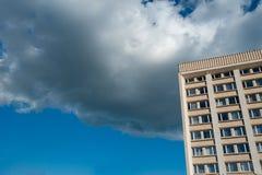 Das Gebäude in den Wolken, hochragende Struktur zum Himmel, die Wolken lochend stockfotos