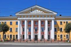Das Gebäude der Abteilung von inneren Angelegenheiten mit Spalten in Vladimir-Stadt Lizenzfreie Stockfotografie
