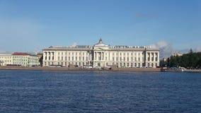 Das Gebäude der Akademie von Künsten auf dem Sommer Neva St Petersburg stock footage