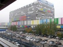 Das Gebäude der Fernsehmitte Ostankino, verziert mit einem Fernsehtest-Tabellenbild Lizenzfreies Stockfoto