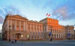 Das Gebäude der gesetzgebenden Versammlung von St Petersburg beleuchtete b Stockbilder