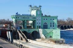 Das Gebäude der Nahaufnahme des Wasserkraftwerks Volkhov an einem Frühlingstag Stockfotos