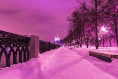 Das Gebäude der russischen Akademie von Wissenschaften in Moskau am bewölkten Winterabend oder an der Nacht, Ansicht vom Damm von lizenzfreie stockfotografie