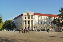Das Gebäude der Verwaltung der städtischen Bildung der Stadterholungsort von Gelendzhik auf dem zentralen Platz der Stadt Lizenzfreie Stockfotografie