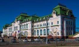 Das Gebäude des Bahnhofs der fernöstlichen Stadt von Chabarowsk stockfoto