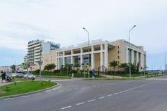 Das Gebäude des Kongresszentrums des blauen Erholungsortes Radisson auf dem Straße blauen Imeretinskaya-Tiefland von Adler-Bezirk Lizenzfreie Stockfotografie