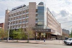 Das Gebäude des Oktyabrskaya-Hotels auf Mira Avenue im alten Stadtzentrum von Krasnojarsk an einem bewölkten Frühlingstag stockbilder