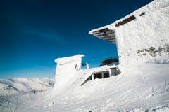 Das Gebäude des Skiaufzugs im Schnee Stockbild