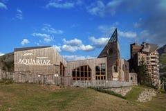 Das Gebäude des Wasserparks in den französischen Alpen Lizenzfreies Stockbild