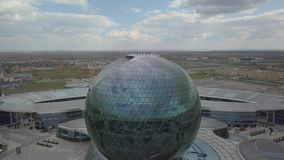 Das Gebäude in Form eines Balls auf dem Hintergrund der Landschaft stock video footage