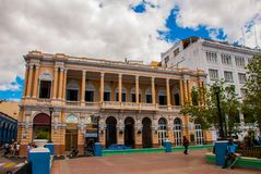 Das Gebäude ist mit Spalten im Stadtzentrum, schöne Kolonialarchitektur klassisch Santiago de Cuba, Kuba Lizenzfreie Stockfotos