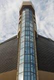 Das Gebäude mit blauen Fenstern und gelben Steinen Lizenzfreie Stockfotos