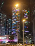 Das Gebäude mit unterschiedlichen Lichtern in jedem Balkon stockfoto