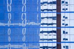 Das Gebäude reflektiert sich mit Gebäude stockfotografie