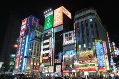 Das Gebäude in Shinjuku in Japan nachts Stockbilder