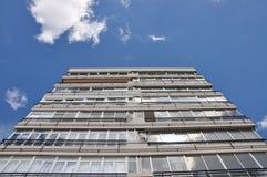 Das Gebäude wird auf den Himmel verwiesen Mehrstöckiges Gebäude stockbilder