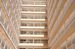 Das Gebäude wird auf den Himmel verwiesen Mehrstöckiges Gebäude lizenzfreies stockbild