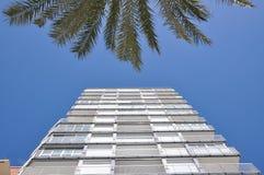 Das Gebäude wird auf den Himmel verwiesen Mehrstöckiges Gebäude lizenzfreie stockfotografie