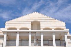 Das Gebäude wird auf den Himmel verwiesen Mehrstöckiges Gebäude stockfotografie