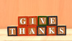 Das Geben dankt glücklichem Danksagungskonzept auf hölzernen Blöcken stockbild