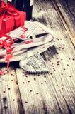 Das Gedeck St.-Valentinsgrußes mit Geschenk stockfoto