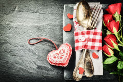 Das Gedeck St.-Valentinsgrußes mit roten Rosen und dekorativem Herzen stockfotos