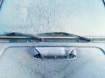 Das gefrorene Auto bedeckt mit Eis Windschutzscheibennahaufnahme Lizenzfreie Stockbilder
