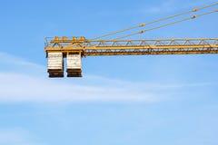 Das Gegengewicht des Turmkrans bei der Arbeit stockfoto