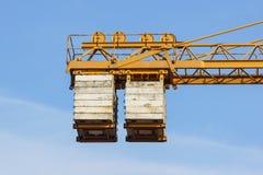 Das Gegengewicht des Turmkrans bei der Arbeit lizenzfreie stockfotografie
