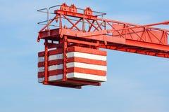 Das Gegengewicht des Turmkrans bei der Arbeit stockbild