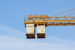 Das Gegengewicht des Turmkrans bei der Arbeit stockfotografie