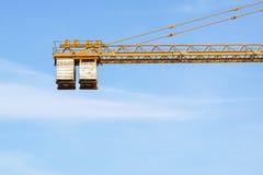 Das Gegengewicht des Turmkrans bei der Arbeit stockbilder